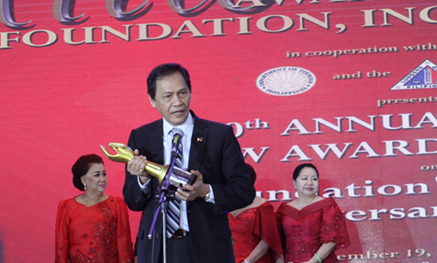 SSC Chairman Valdez receives award for excellent public service during 30th Aliw Awards